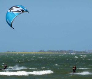 Surfer und Kiter